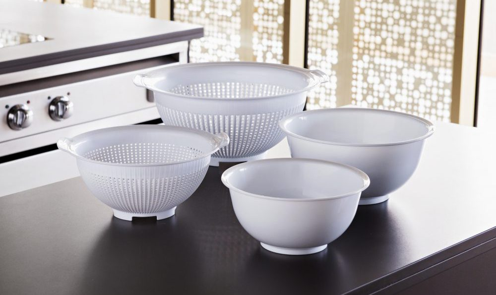Mixing bowls and colanders, basic kitchen utensils in ...